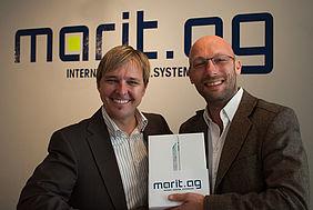 Kirk Börner, Gölz & Schwarz, erhält das iPad von Stefan Bauer, Vorstand der Marit AG